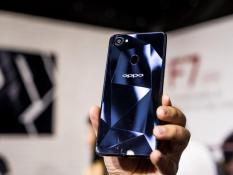 OPPO F7 64GB (TAI NGHE HEADPHONE – SẠC DỰ PHÒNG – SIM DATA – ỐP LƯNG – GẬY CHỤP HÌNH)