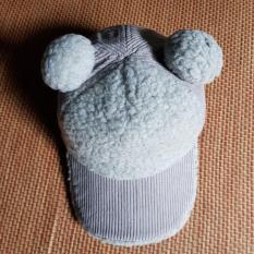 Mũ lưỡi chai lông cừu 2 quả bông cho bé