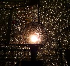 Đèn Chiếu Sao Thông Minh Mang Cả Thiên Hà Vào Nhà bạn