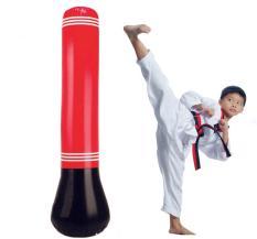 Trụ tập đấm đá Boxing giúp trẻ em vận động tăng cường thể lực.
