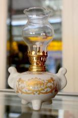 Đèn dầu sứ trắng sen vàng