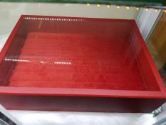 Mộc – Hộp nhung nắp kính trưng bày vòng trưng bày nhẫn màu đỏ màu trắng màu đen size 32 x 24 x 4,5cm (trưng bày nhẫn) và 31x23x7,5cm (trưng bày vòng)