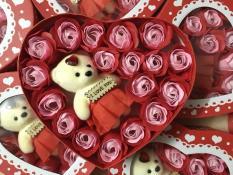 Hộp hoa hồng sáp thơm hình trái tim có chú gấu (18 bông, màu đỏ)