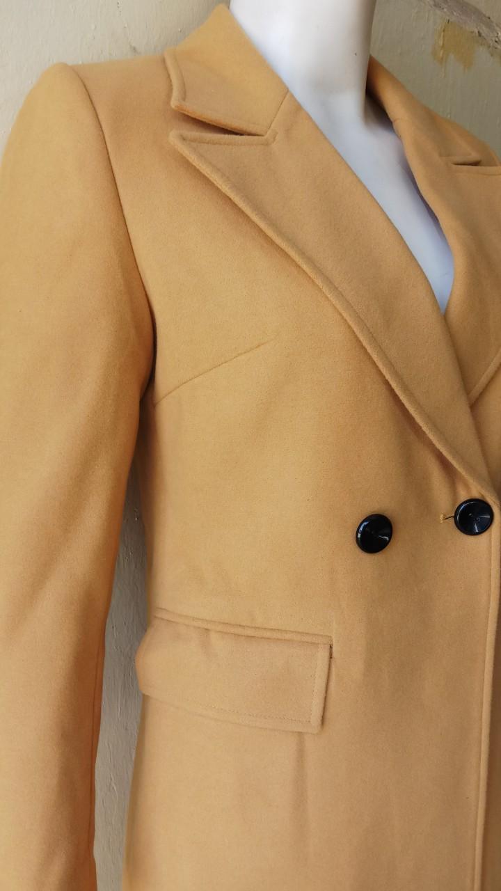 Áo khoác dạ len có lót , cổ ve xếch 2 hàng khuy , túi viền có nắp