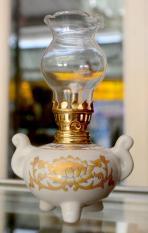 Đèn dầu sứ trắng sen vàng cao 16cm