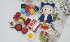 SET Đồ Chơi Bé Gái – Gồm Búp Bê và 16 Món Đồ Ăn – Handmade Bằng Len – SET Đồ Chơi Sushi – Bánh macaron
