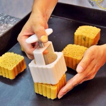 Bộ Khuôn làm Bánh Trung Thu Cao cấp - DIY - Tự làm bánh đẹp mắt cho gia đình - 8505076 , OE680HLAA3W3QQVNAMZ-6964697 , 224_OE680HLAA3W3QQVNAMZ-6964697 , 120000 , Bo-Khuon-lam-Banh-Trung-Thu-Cao-cap-DIY-Tu-lam-banh-dep-mat-cho-gia-dinh-224_OE680HLAA3W3QQVNAMZ-6964697 , lazada.vn , Bộ Khuôn làm Bánh Trung Thu Cao cấp - DIY - Tự l
