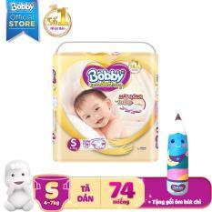 Tã dán cao cấp Bobby Extra Soft Dry size S – 74 miếng (4-7kg) – Tặng 1 gối ôm bút chì xinh xắn