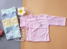 Áo dài tay thu đông cho bé sơ sinh 3-8kg được làm từ vải cotton mềm mại và mịn màng đặc biệt an toàn cho làn da của bé