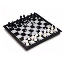 bộ cờ vua quốc tế 32x32x2cm Thanh Khang cầm cờ này đã đánh là thắng 016000057 (quân cờ trắng đen)