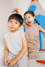 MotherSpace – Set nguyên bộ thun nâu nhạt cho bé trai, áo sát nách năng động, quần rút ống cá tính