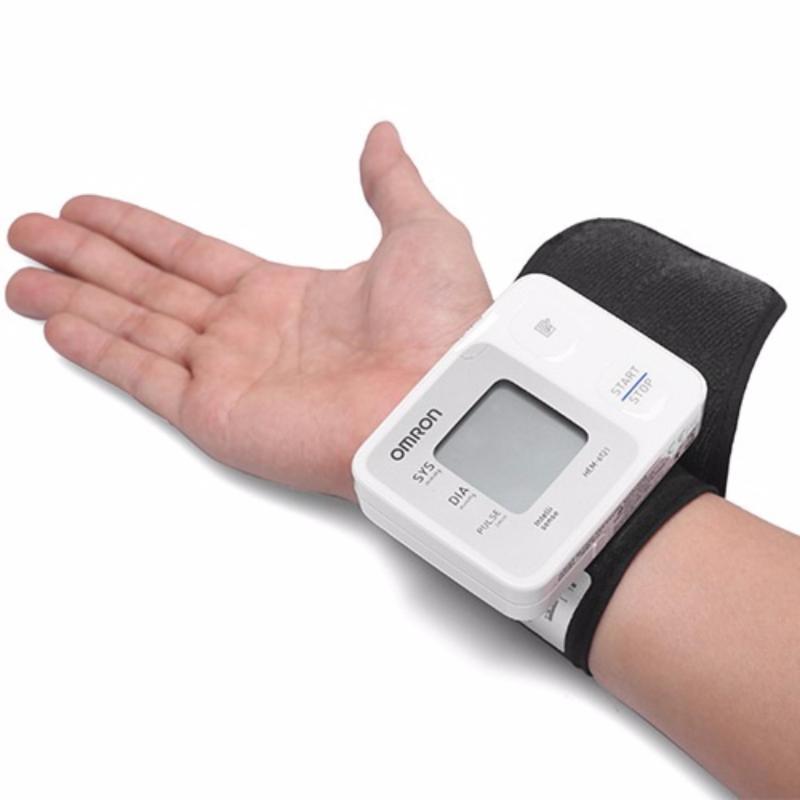 Nơi bán Máy đo huyết áp cổ tay tự động OMRON HEM 6121