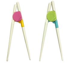Đôi đũa tập ăn giúp trẻ tập gắp thức ăn dễ dàng và sử dụng đũa đúng cách
