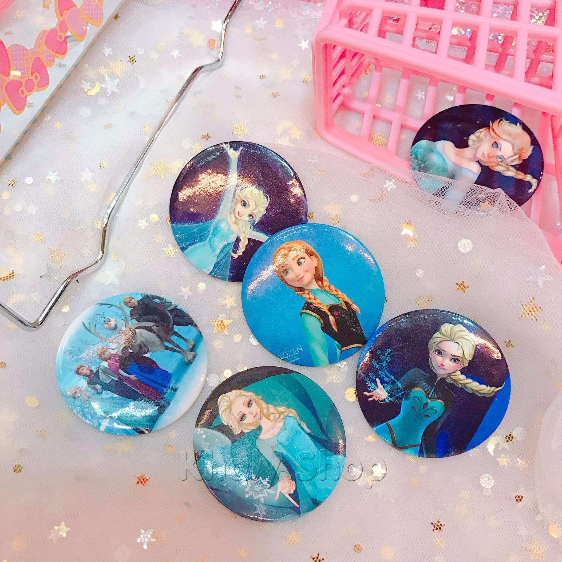 Bộ 2 logo khuy cài áo ngẫu nhiên hình công chúa princess Elsa Anna Frozen màu xanh cỡ lớn – 10LOFZ001