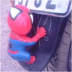 Người nhện trang trí bám đuổi xe máy , ô tô