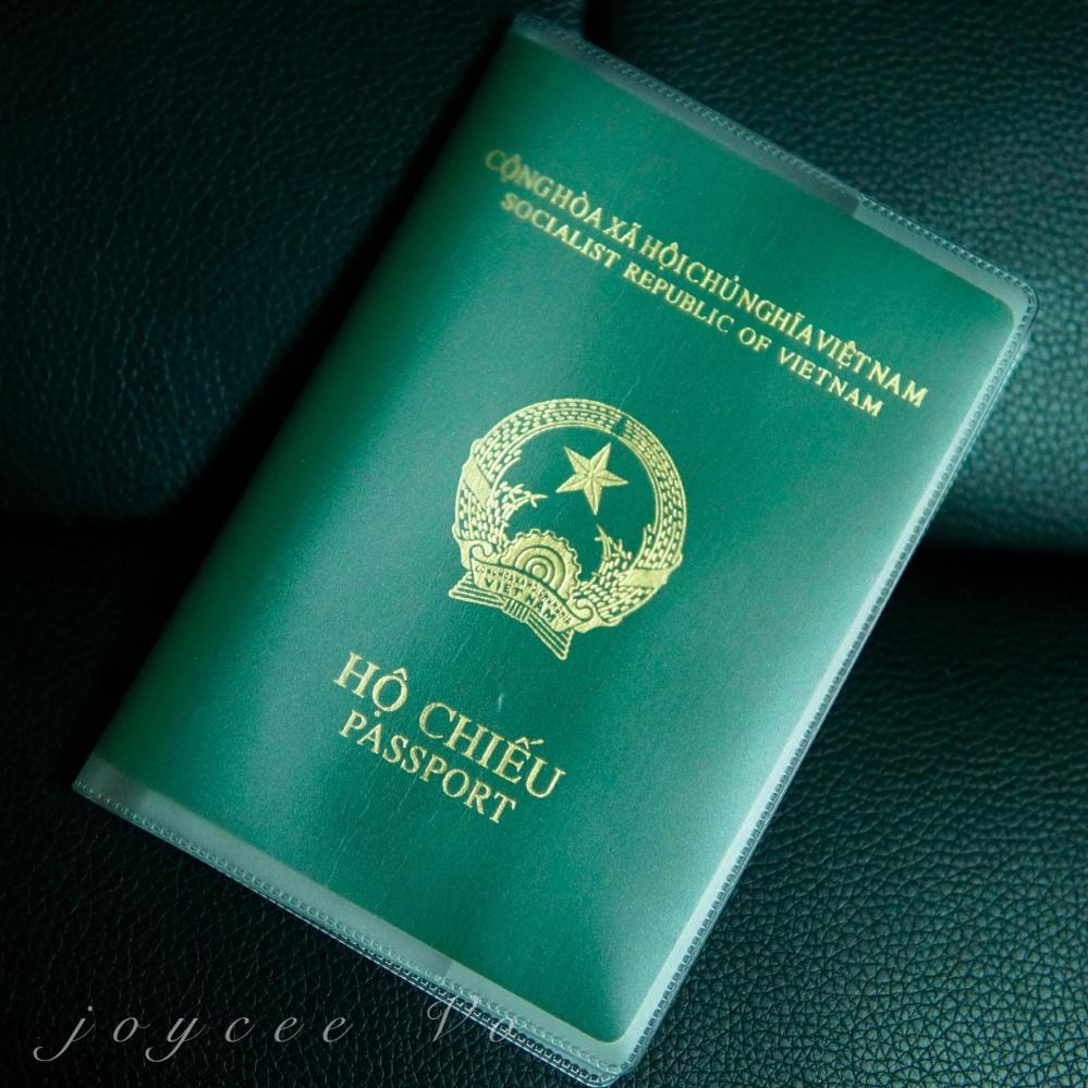 Vỏ bao hộ chiếu (passport) dẻo trong có khe đựng vé máy bay và các loại thẻ dạng PET Joycee Vo JV132