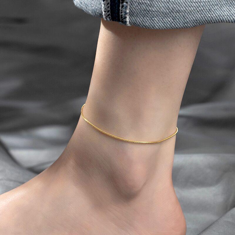 Lắc chân titan không đen trơn màu vàng