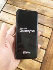 """Điện Thoại Samsung Galaxy S8 nhỏ gọn với màn hình Super AMOLED 5.8"""" vô cực cầm rất vừa tay"""