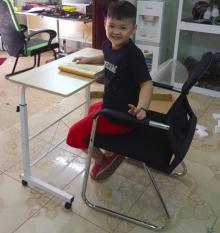 Bàn làm việc đa năng nhiều tiện ích, có bánh xe di động, dể dàng nâng hạ độ cao phù hợp với mọi lứa tuổi.