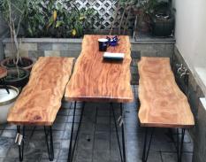 Ghế băng gỗ xà cừ tự nhiên nguyên tấm dài 1m60, chân sắt cao 40cm cho phòng khách, phòng ăn, cà phê, trà, ngoài trời