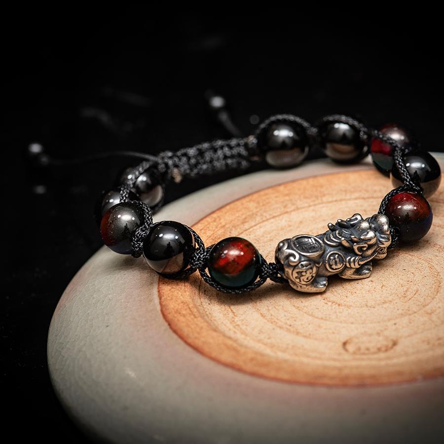Vòng phong thủy thời trang thủ công handmade đá mắt hổ đỏ và đá đen tỳ hưu dây đan shamballa phật giáo