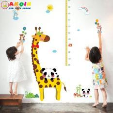 Decal dán tường hươu cao cổ và đo chiều cao cho bé