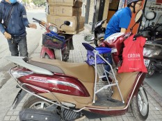 Ghế ngồi xe máy có vòng bảo vệ xếp gọn xe LEAD