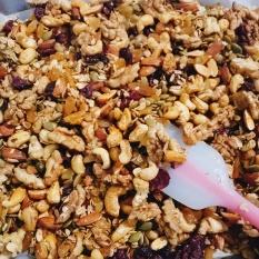 Granola (Ngũ cốc giảm cân) nhiều hạt (20% yến mạch) – túi giấy 500g giúp hỗ trợ giảm cân, bổ sung protein có lợi từ hạt, dùng cho mọi lứa tuổi đặc biệt là mẹ bầu và người tập thể thao nhà làm