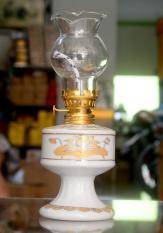 Đèn dầu sứ trắng sen vàng cao 18cm