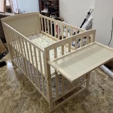 Cũi gỗ, giường cũi cho bé – Gỗ thông, có màn, lót chống thấm, bánh xe di chuyển. KAWAII HOME