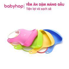 Yếm ăn dặm có máng Babyhop, chất liệu nhựa mềm gấp gọn, không chứa PVC hay BPA. An toàn và tiện lợi cho mẹ và bé